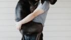 dono-segurando-cachorro